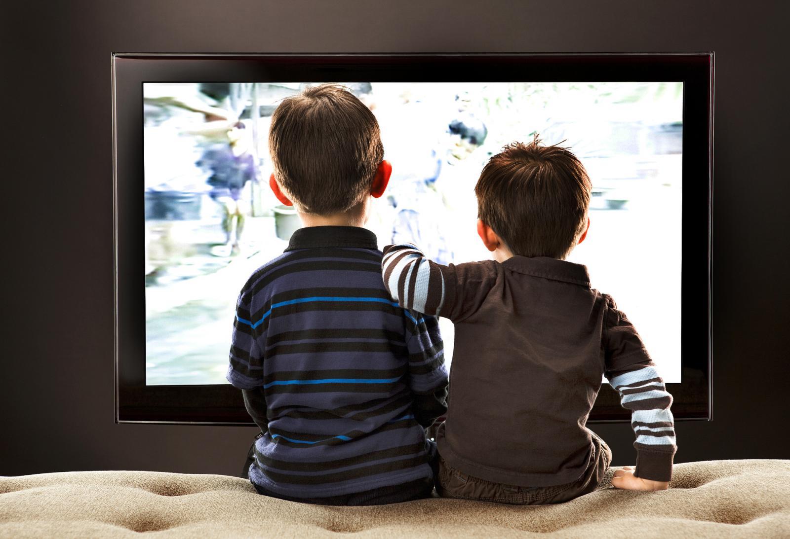 Dos hermanos mirando la tele