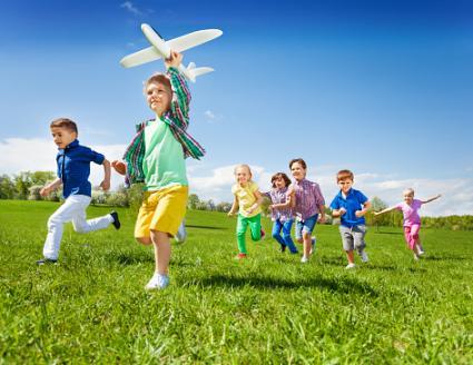 Niños activos corriendo en el césped