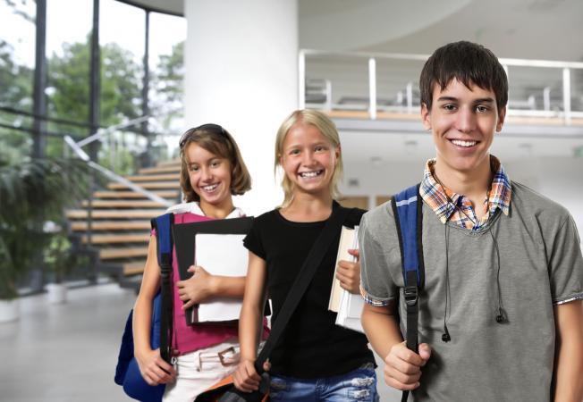 Tres estudiantes en una escuela segura