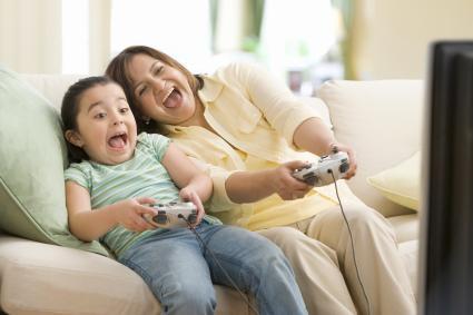 Madre y hija jugando videojuegos