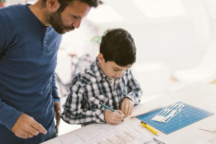Padre y hijo solucionando el problema