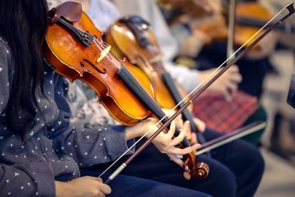 Niños en orquesta con instrumentos