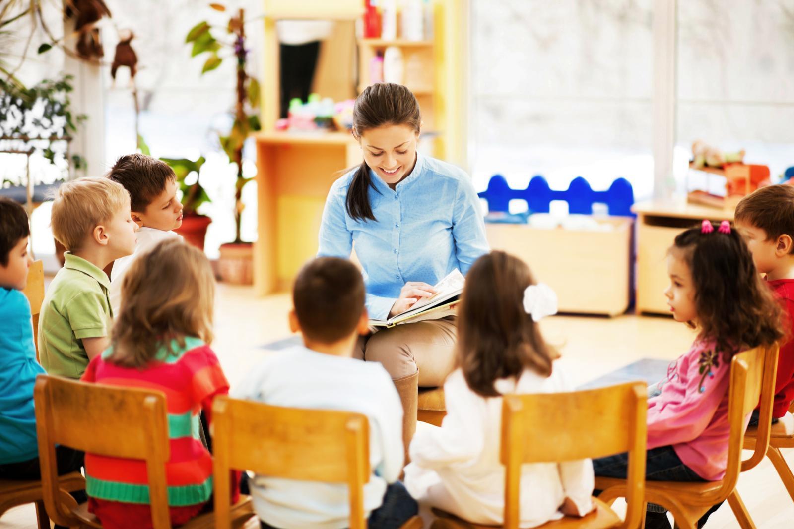 Maestra leyendo a su clase