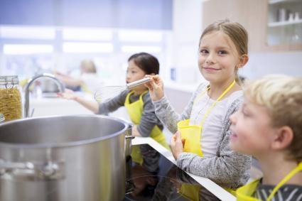 Niños en la cocina cocinando juntos