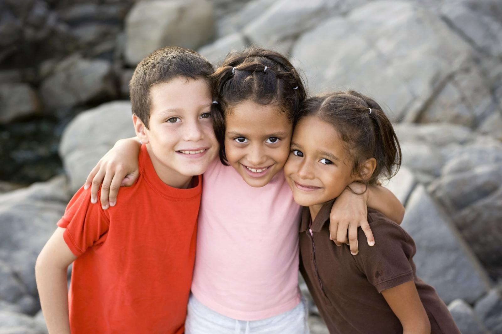 Niños abrazandose en una playa