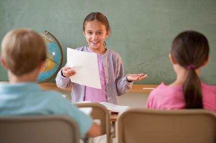 chica haciendo presentación a clase