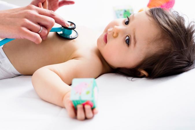 Doctor revisando el corazón del bebé