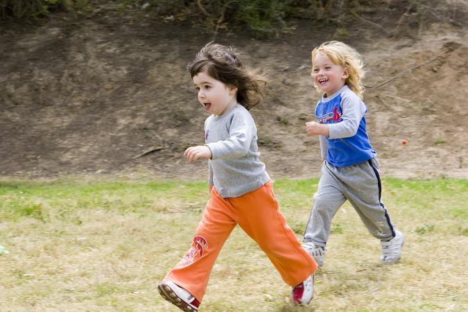 Niños corriendo y jugando etiqueta