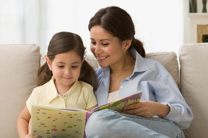 madre e hija leyendo