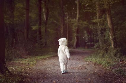niño en traje de oso