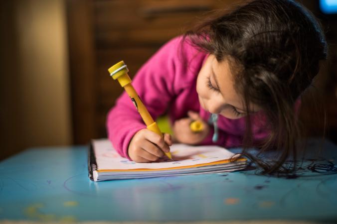 chica practica la escritura