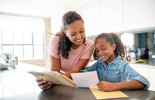 Madre e hija revisando el correo en casa