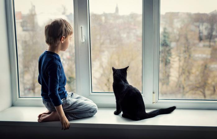 Niño en casa solo con su gato