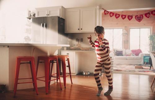 Niño bailando en la cocina