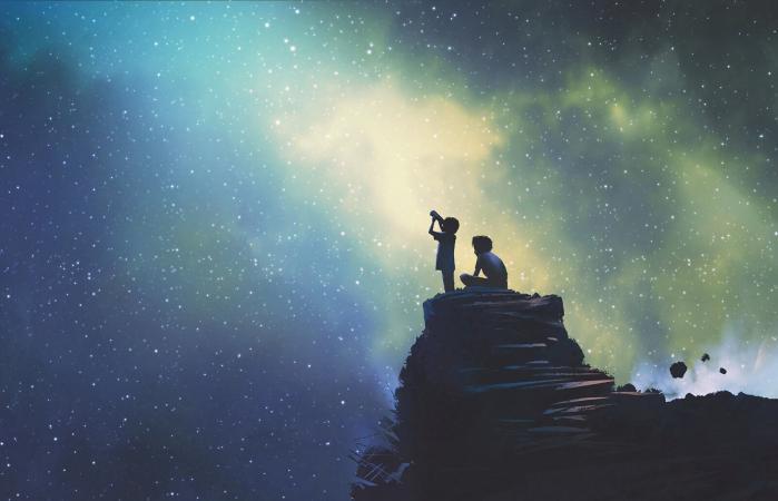 dos hermanos mirando las estrellas