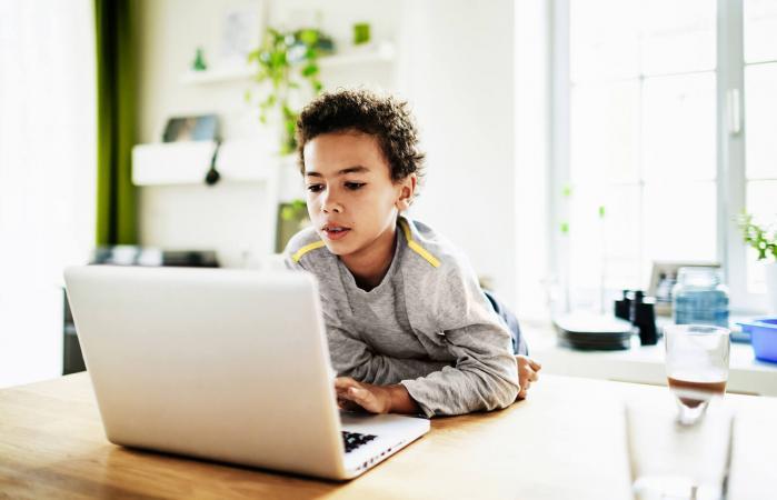 Niño usando portátil en casa