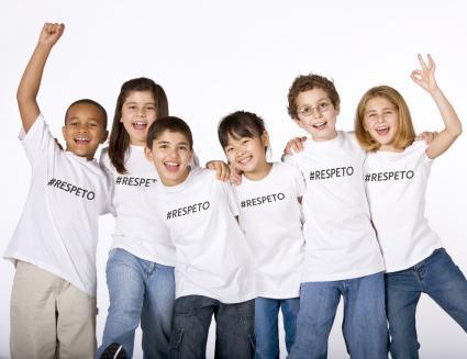 Niños con camisetas blancas con la palabra respeto