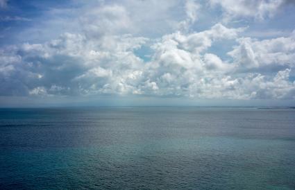 El agua del océano y el cielo