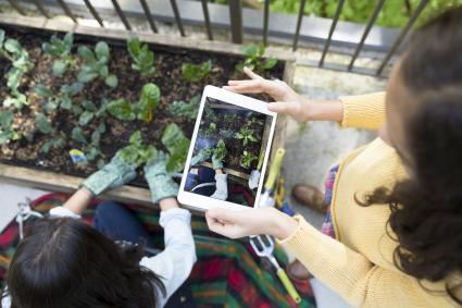Niña haciendo fotos con la tablet