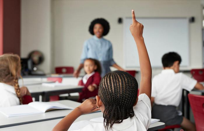 Niños en clase en el colegio