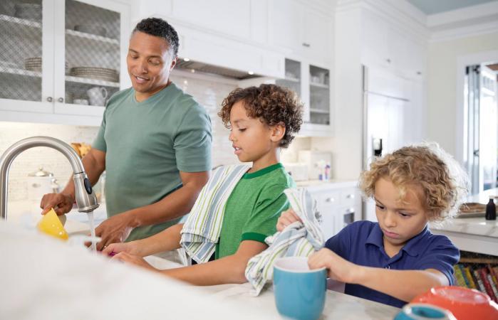 papá y los niños lavando platos juntos