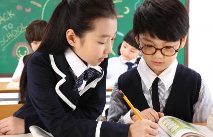 Niños estudiando juntos