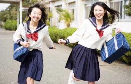 Niñas adolescentes con uniformes escolares