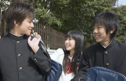 Adolescentes hablando en la escuela
