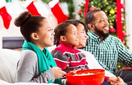 Familia feliz ve una película de Navidad