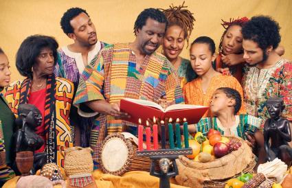 Velas familiares celebrando Kwanzaa