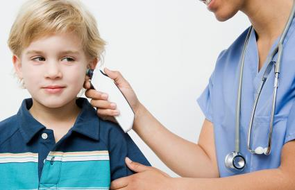 Enfermera le toma la temperatura a un niño