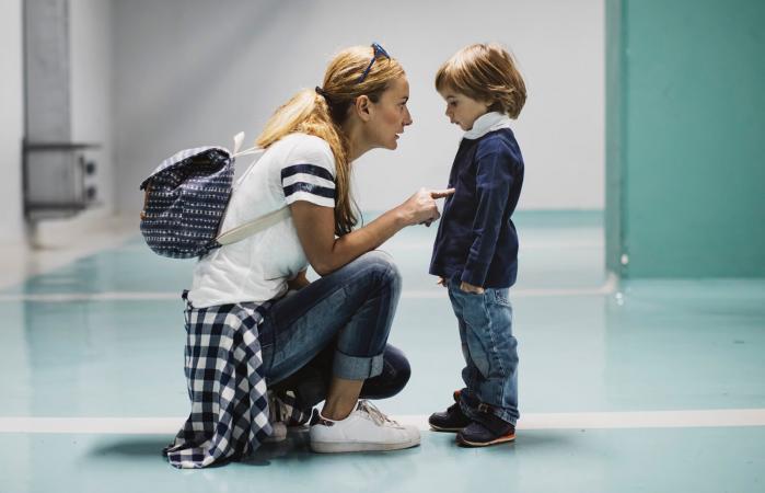 Madre regañando a su hijo