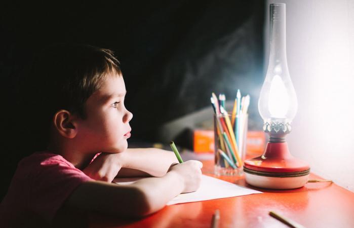 niño escribe un poema