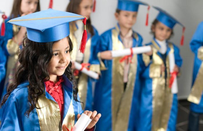 La niña se está graduando