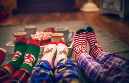 Niños en pijama bebiendo chocolate caliente