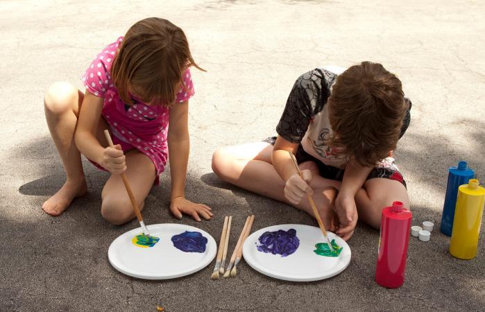 niño y niña pintando juntos