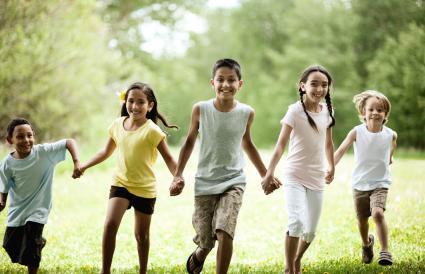 Grupo de niños corriendo