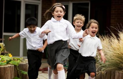 niños corriendo de su escuela