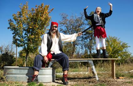 Padre e hija jugando con disfraces de piratas