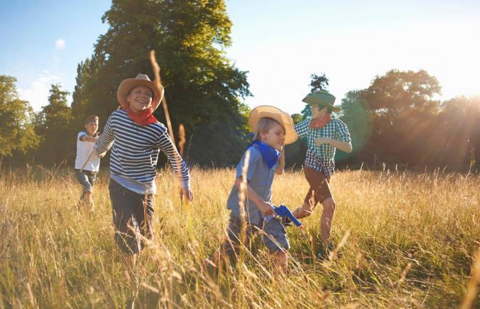 Grupo de niños jugando en el campo