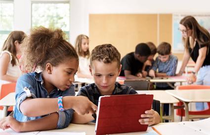 dos niños mirando una tableta