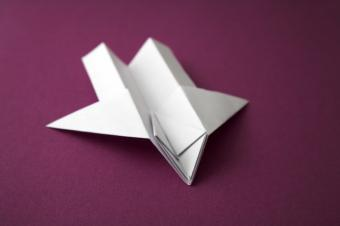 https://cf.ltkcdn.net/origami/images/slide/63169-637x424-PurpleAirplane.jpg