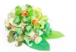 Use origami folding skills to complete complicated bouquets.