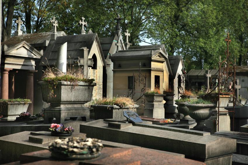 https://cf.ltkcdn.net/paranormal/images/slide/10924-849x565-Pere-Lachaise-Cemetery.jpg