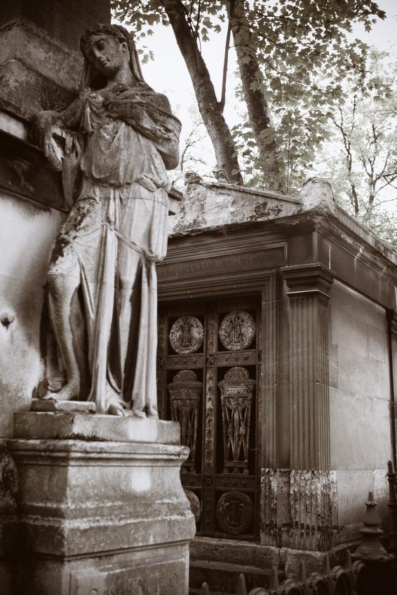 https://cf.ltkcdn.net/paranormal/images/slide/11058-566x848-Pere-LaChaise-France.jpg