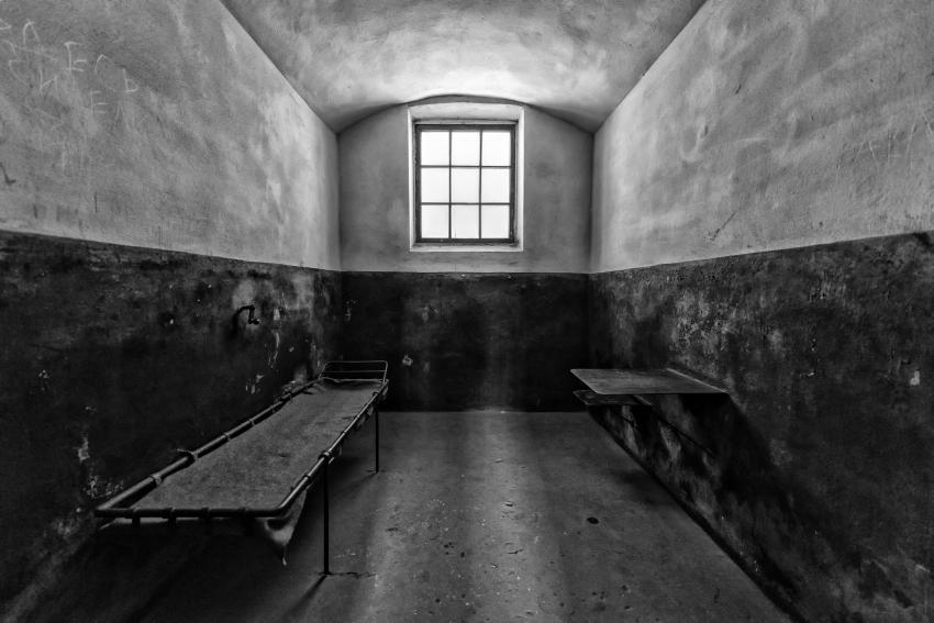 https://cf.ltkcdn.net/paranormal/images/slide/245331-850x567-empty-prison-cell.jpg