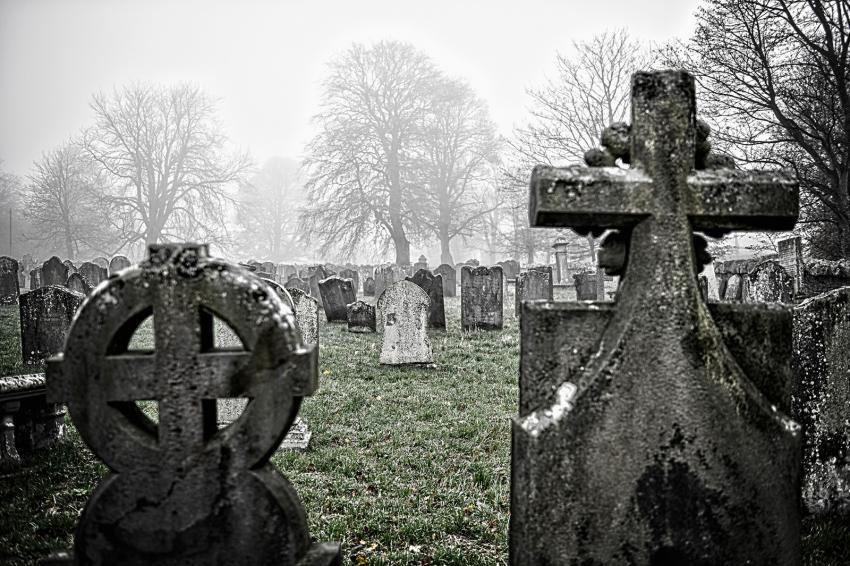 https://cf.ltkcdn.net/paranormal/images/slide/245876-850x566-haunted-cemetery.jpg