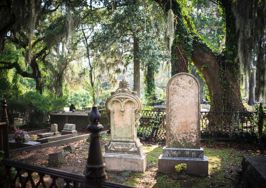 https://cf.ltkcdn.net/paranormal/images/slide/245881-850x600-Bonaventure-Cemetery-Savannah-Georgia.jpg
