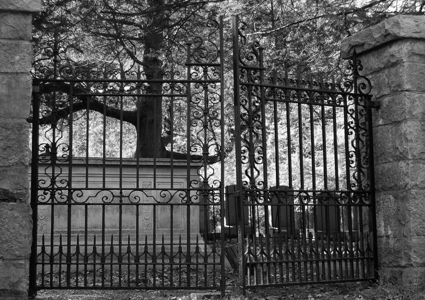 https://cf.ltkcdn.net/paranormal/images/slide/245886-850x600-old-gate-of-cemetery.jpg