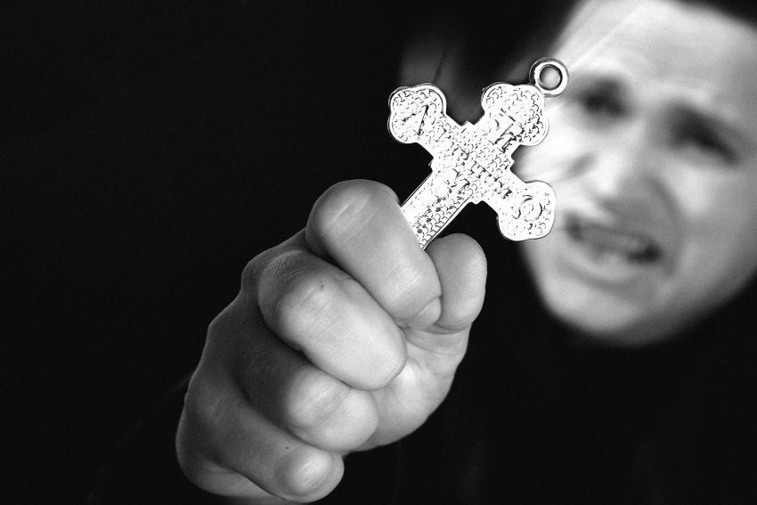 https://cf.ltkcdn.net/paranormal/images/slide/245956-850x567-man-holding-a-crucifix.jpg